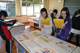 茨城県警察本部少年課の婦警さんをお招きし,薬物乱用防止教室を開きました。薬物の怖さを伝える映像を視聴したり,パソコンを使ってシミュレーションしたりして学習  ...