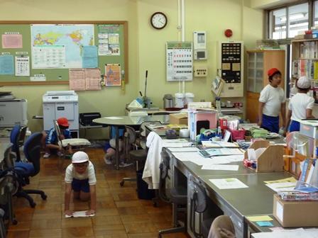 de9ffb74d52 猿島小学校では,清掃を縦割り班で実施しています。 1年生から6年生までが一緒に掃除しています。6年生がリードして清掃しています。