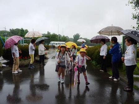new product 0c127 8b0ea 更生保護女性会に皆さんにも来て頂いて,きょうはあいさつ運動が展開されました。 みんな雨天を跳ね返すようなあいさつをしていました。